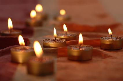 Symbolbild Musik für Tantramassage -stimmungsvolle Kerzen in sinnlicher Stimmung