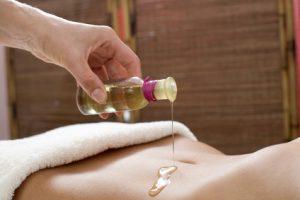 Massageöl auf Bauch - Fotolia Lizenz
