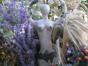 Inari Hanel - Frauenstatue im Garten