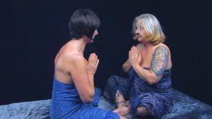 Nhanga zeigt den Namaste Gruß zu Beginn der Tantramassage