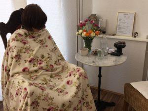 Frau auf Stuhl für Yoni-Steaming